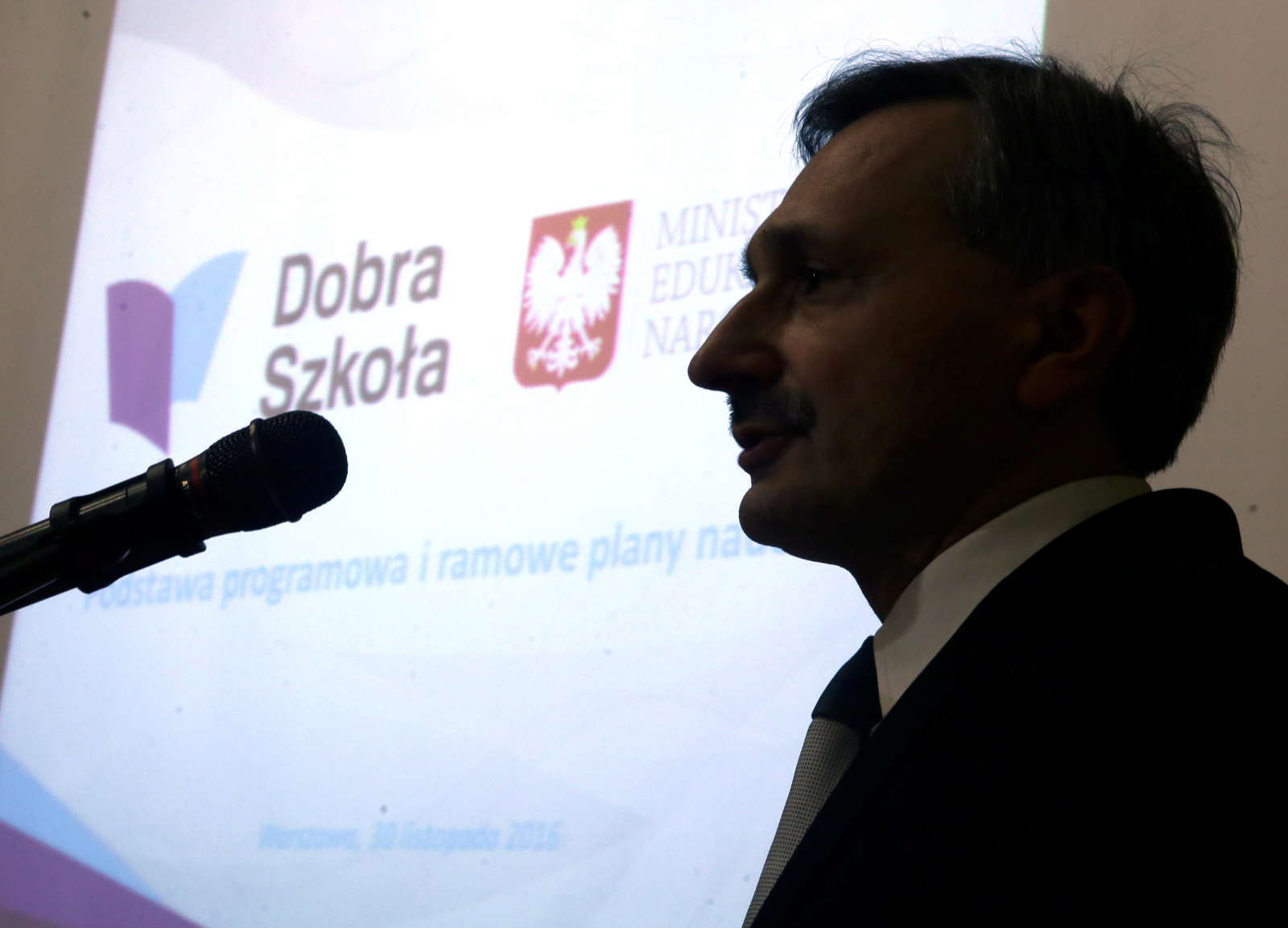 Podsekretarz stanu w MEN Maciej Kopeć podczas konferencji prasowej, na której zaprezentowano projekt podstawy programowej kształcenia ogólnego oraz projekt ramowych planów nauczania. Fot. PAP/Tomasz Gzell