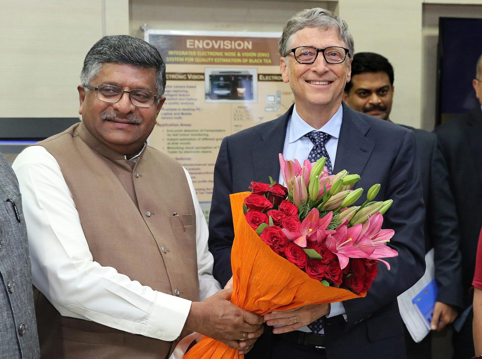 Bill Gates odwiedził Indie, gdzie został przywitany przez ministra Elektroniki, IT i Pra i Sprawiedliwości, Raviego Shankara Prasada. Fot. EPA/RAJAT GUPTA