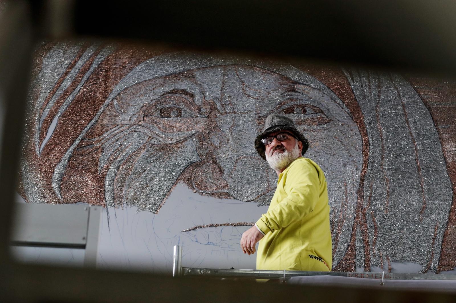 Albański artysta Saimir Strati pobił rekord Guinessa swoją mozaiką przedstawiającą Matkę Teresę z Kalkuty. Ma ona 10 metrów kwadratowych. Zrobiona została w 28 dni z użyciem 1,5mln elementów. Fot.EPA/VALDRIN XHEMAJ