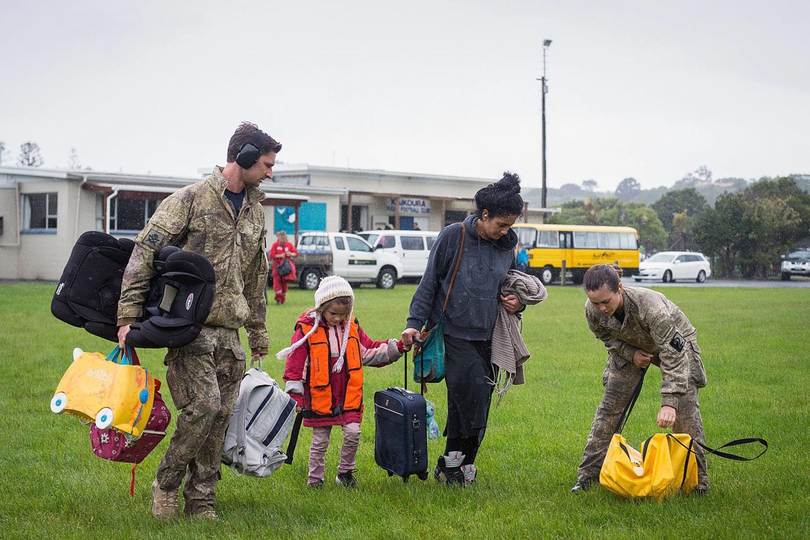 Ewakuacja z terenów zagrożonych trzęsieniem ziemi w Nowej Zelandii. PAP/EPA/CPL AMANDA MCERLICH/NEW ZEALAND DEFENCE FORCE AUSTRALIA AND NEW ZEALAND OUT HANDOUT EDITORIAL USE ONLY/NO SALES