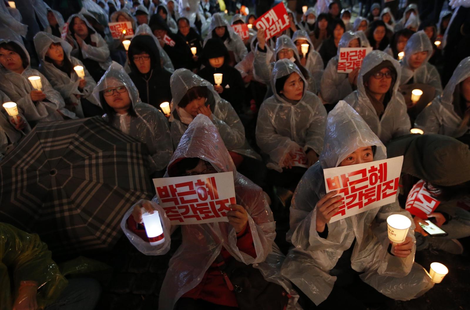 Protesty w Korei Południowej przeciwko prezydenckiemu parkowi Geun-Hye w centrum Seulu. PAP/EPA/JEON HEON-KYUN