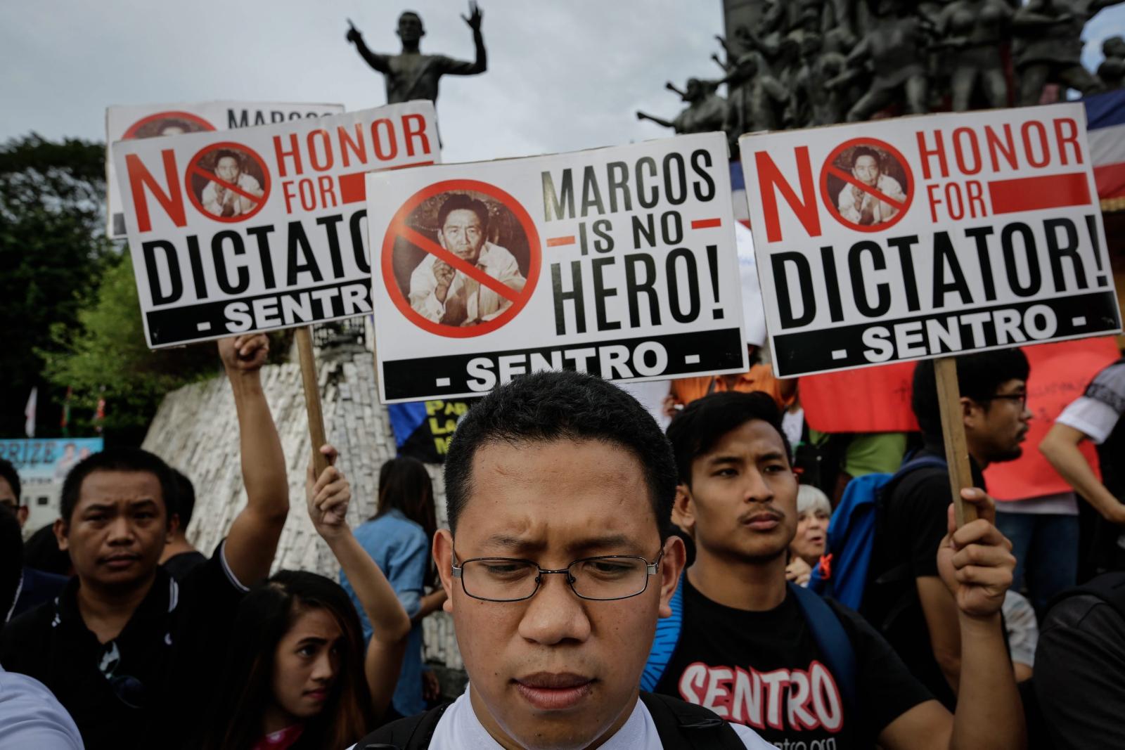 Protest na Filipinach przeciwko pochowaniu niedawno zmarłęgo dyktatora Ferdinand Marcos na tzw. Cmentarzu Bohaterów. PAP/EPA/MARK R. CRISTINO Dostawca: PAP/EPA.