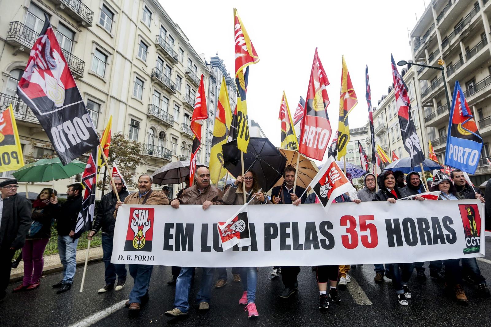 Demontracja robotników w Lizbonie, w Portugalii. PAP/EPA/NUNO FOX