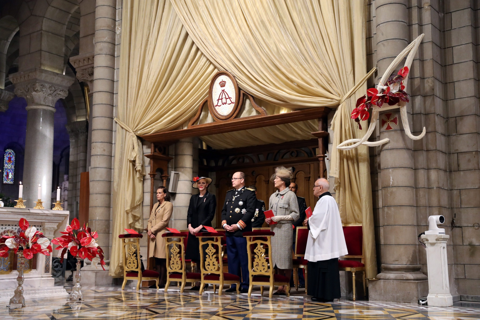 epa05638315 (L-R) Princess Stephanie of Monaco, Princess Charlene of Monaco, Prince Albert II of Monaco and Princess Caroline of Hanover attend a mass at the Saint Nicholas cathedral during the celebrations marking Monaco's National Day, in Monaco, 19 November 2016.  EPA/VALERY HACHE/POOL MAXPPP OUT  Dostawca: PAP/EPA.