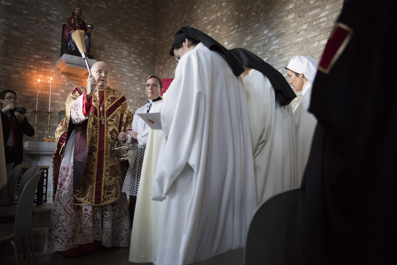 Kardynał Cormac Murphy-O'Connor konsekruje nową katedrę św. Olafa w Trondheim, Norwegia.