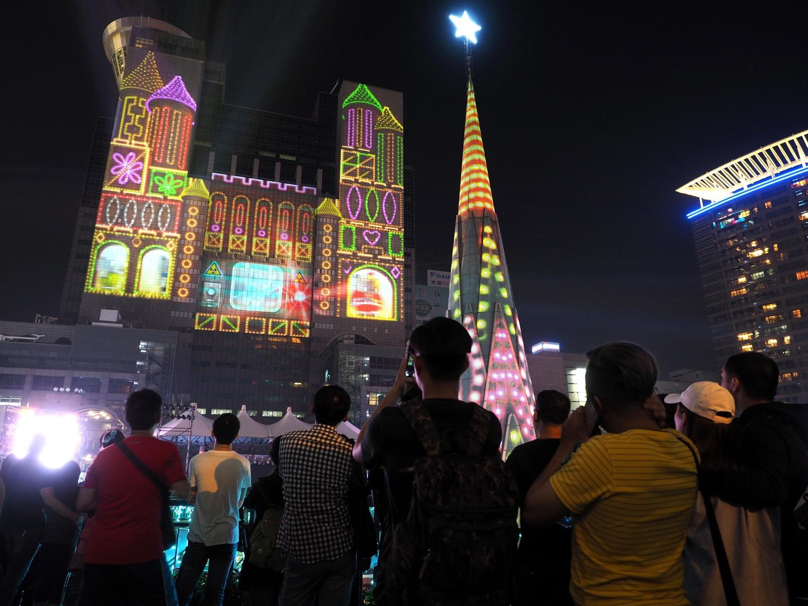 Tajwańczycy oglądają trójwymiarową choinkę i animację wyświetlaną na budynku w Banciao, północny Tajwan.