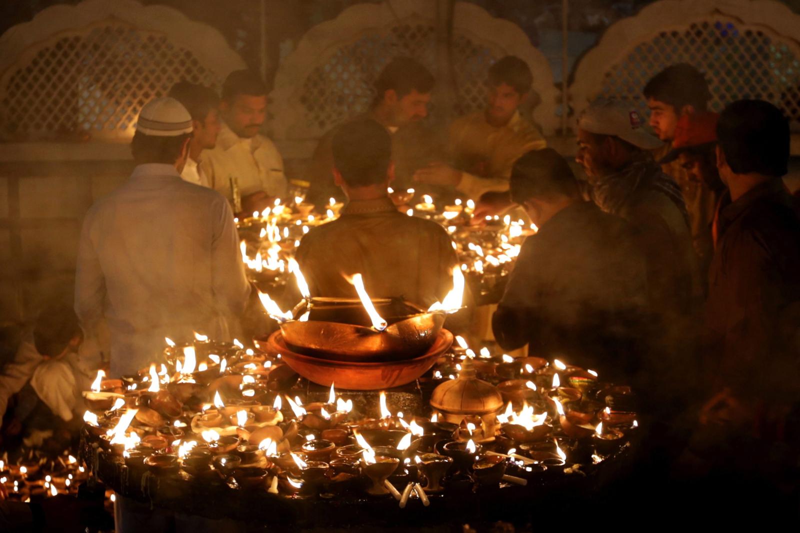 Wierni gromadzą się wokół miejsca kultu muzułmańskiego świętego znanego jako Hazrat Data Ganj Bakhsh w Lahore, Pakistan.