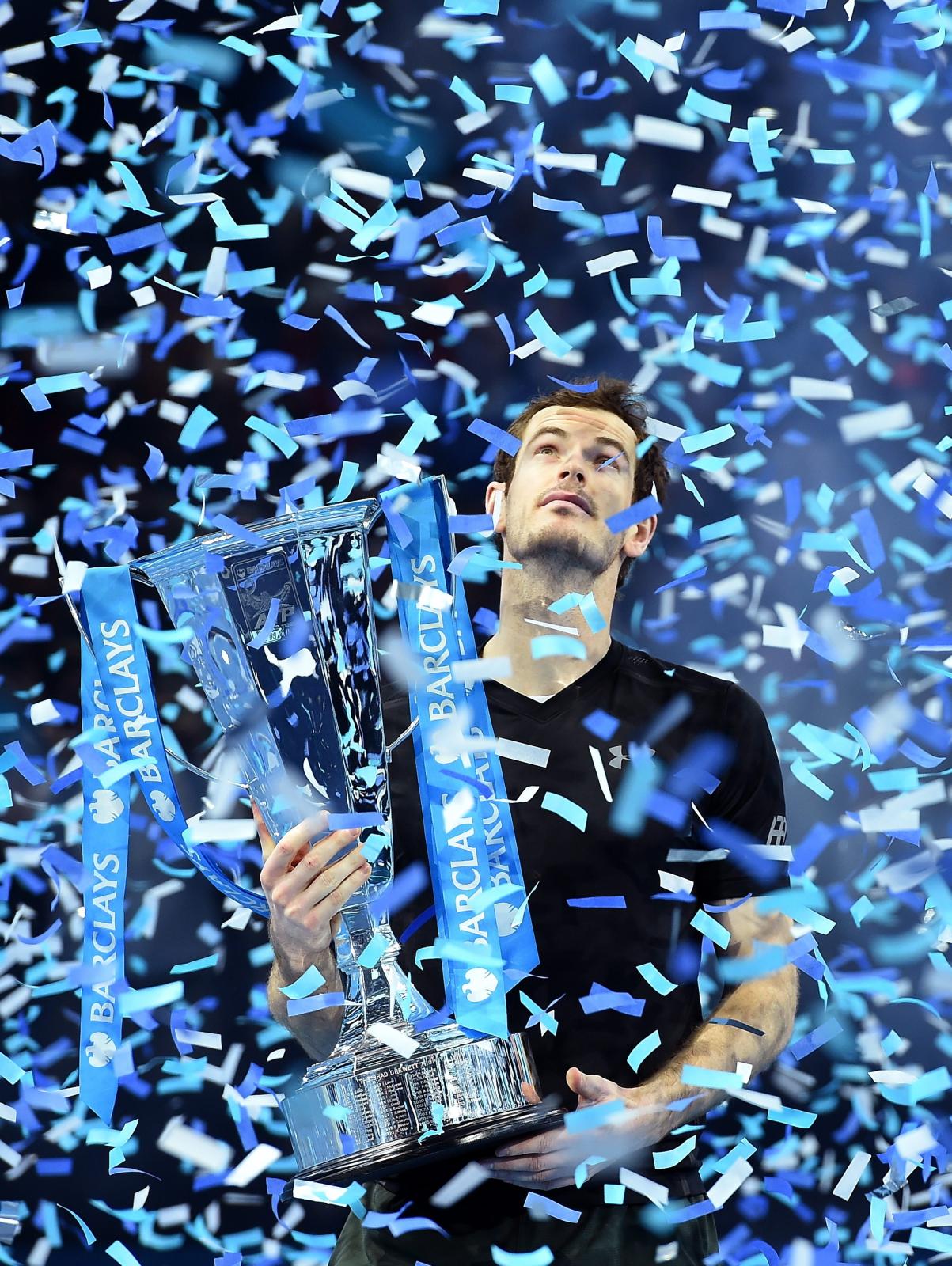 Brytyjczyk Andy Murray świętuje swoje zwycięstwo nad Novakiem Djokovicem w finale turnieju tenisowego ATP World Tour 2016.