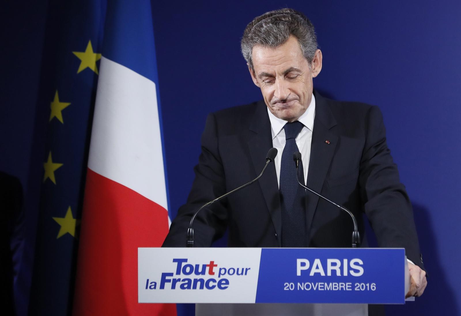 Były prezydent Nicolas Sarcozy tłumaczy sięz przegranej w pierwszej turze prawyborów w partii Republikańskiej, Francja.