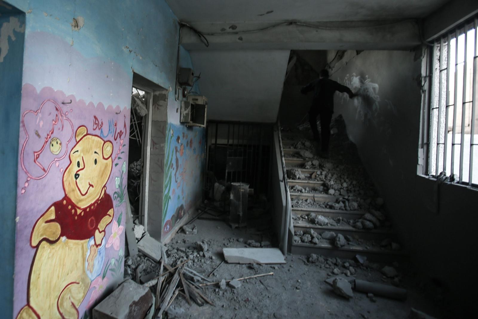 Zniszczona przez bombardowania szkoła w Syrii. Dwanaścioro dzieci jest rannych. Fot. PAP/ EPA/MOHAMMED BADRA