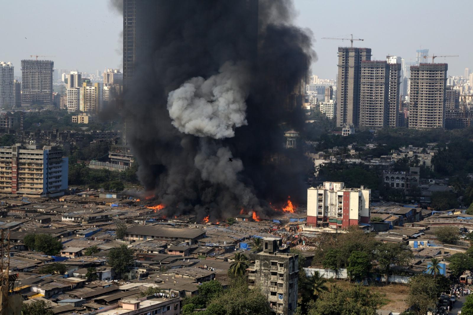 Pożar w slumsowej części Mombaju w Indiach. Fot. PAP/EPA/DIVYAKANT SOLANKI