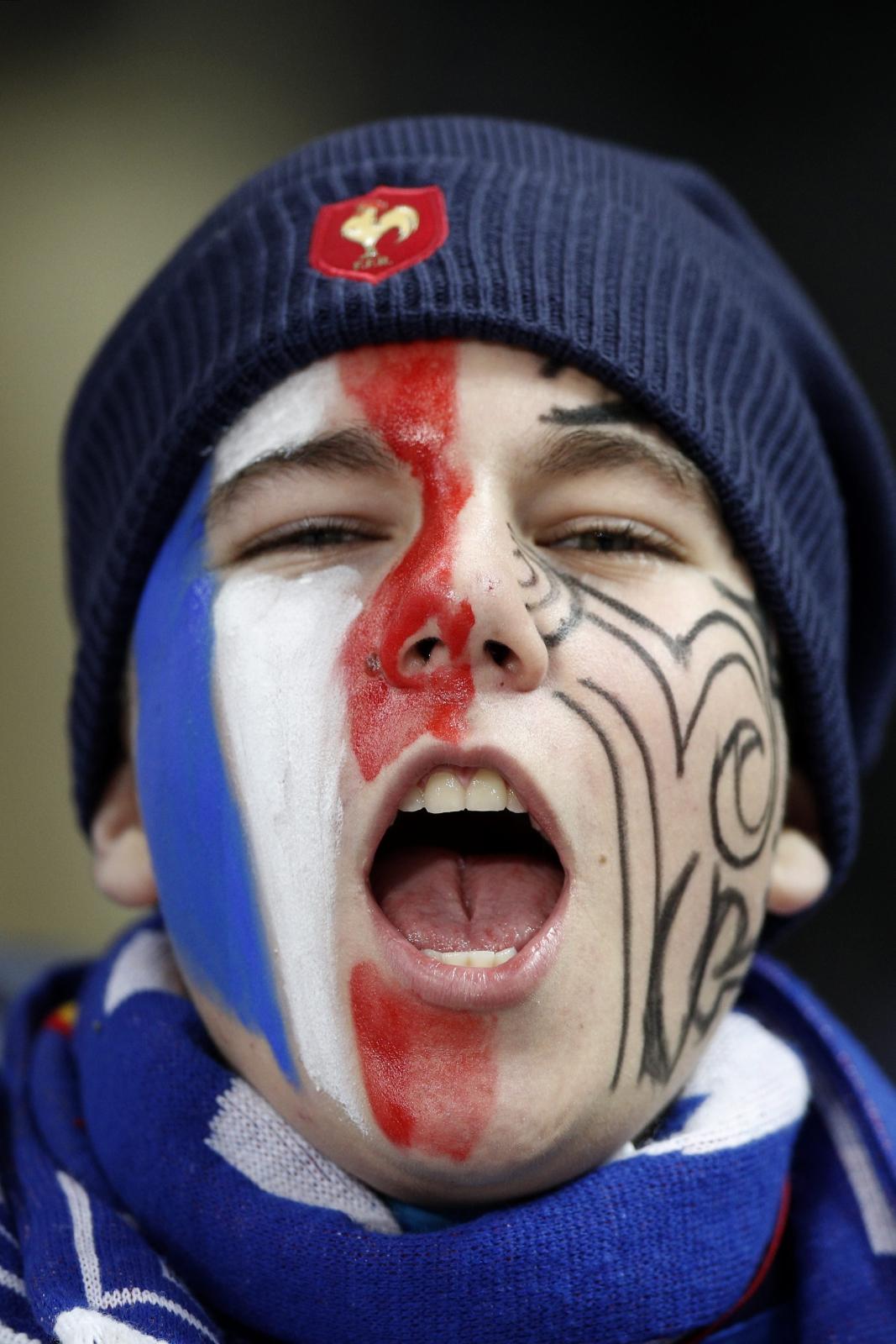 Kibic francuskiej reprezentacji rugby zagrzewa swoją drużynę do boju z zespołem Nowej Zelandii.