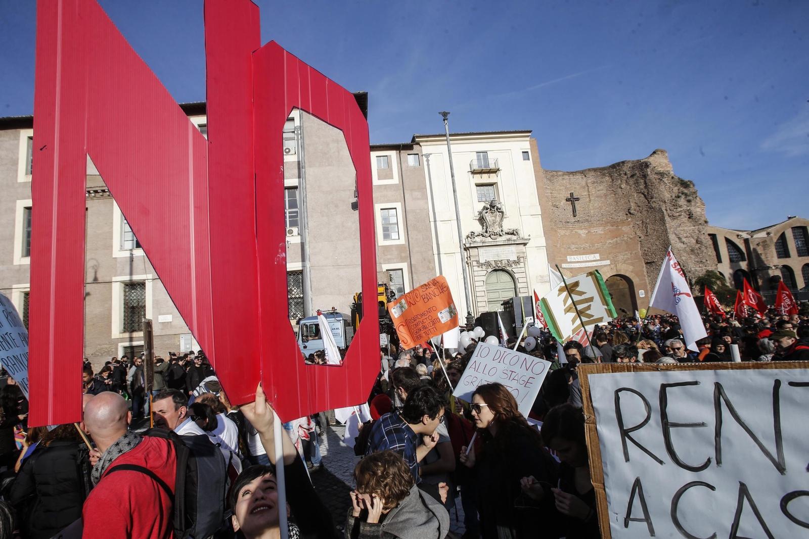 Ludzie protestujący przeciwko reformie konstytucyjnej we Włoszech.