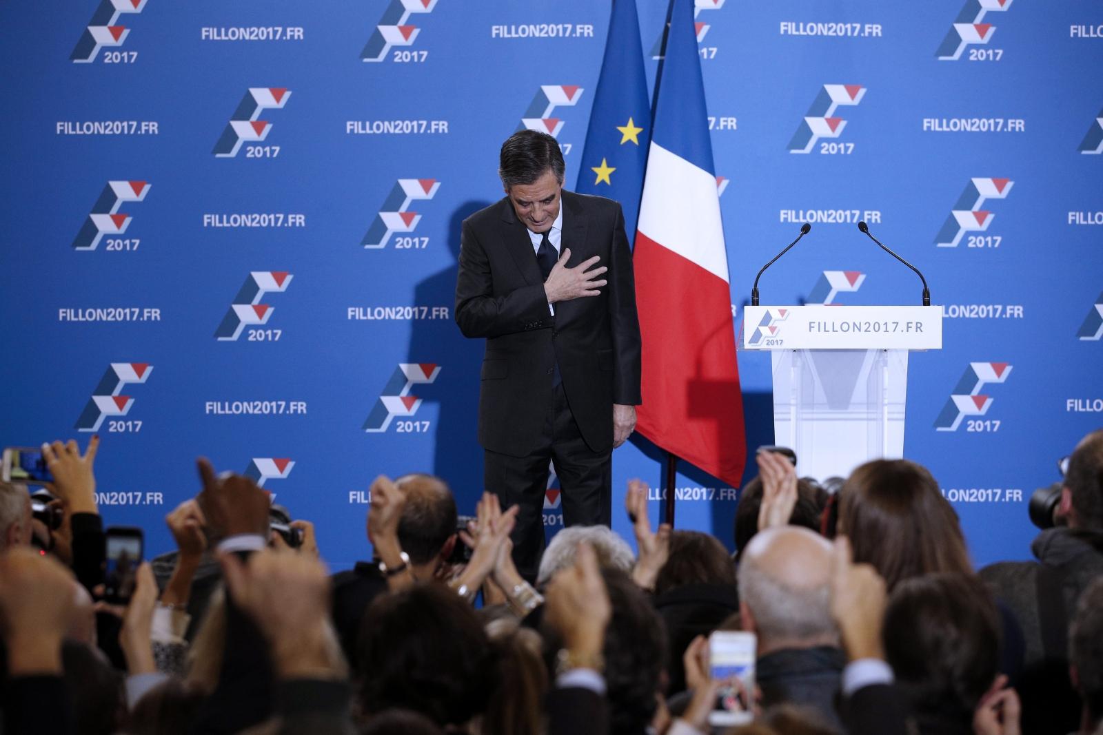 Były premier i kandydat na prezydenta Francji, Francois Fillon, po przemówieniu podczas drugiej rundy wyborczej.  Fot. PAP/EPA/YOAN VALAT