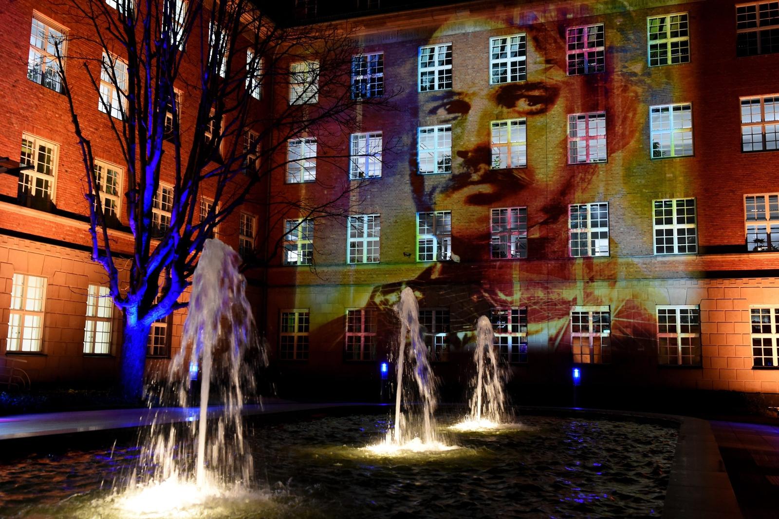 Portret niemieckiego wynalazcy Wernera von Siemensa (1816-1892) wyświetlany na budynku w 200. rocznicę jego urodzin.