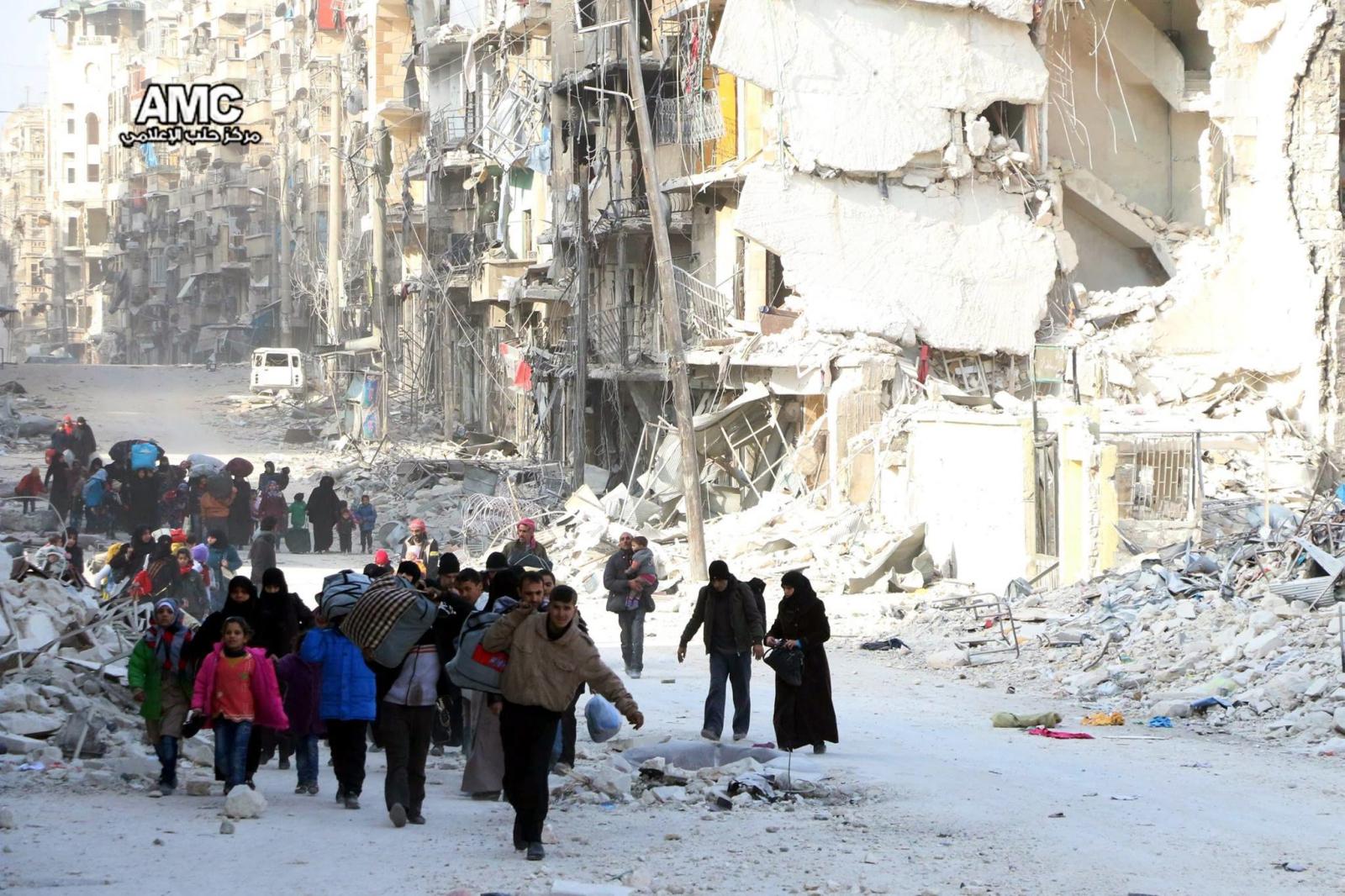 Ludzie opuszczają Aleppo w wyniku trwającego konfliktu.