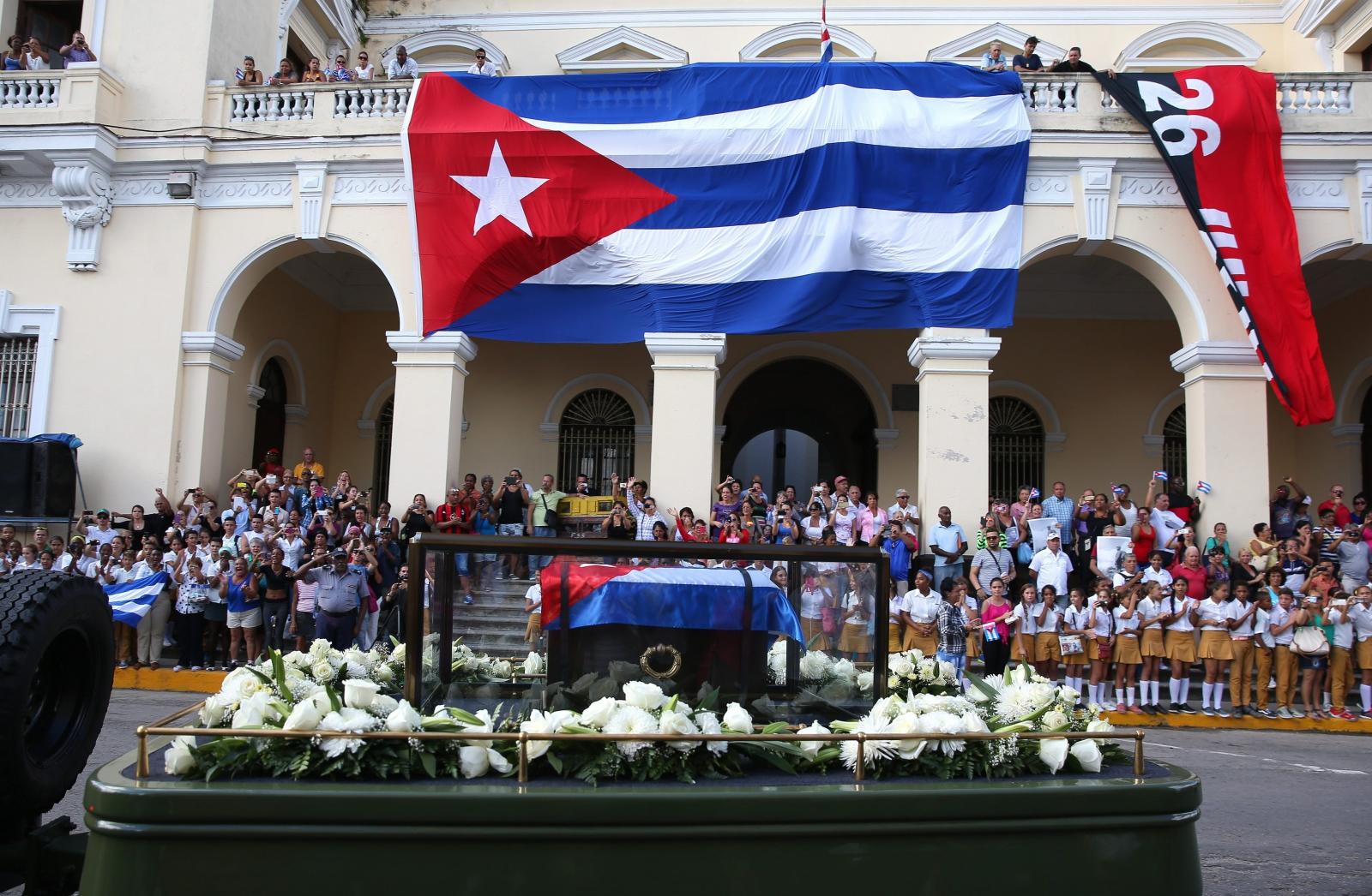 Urna z prochami Fidela Castro została przewieziona w pochodzie do Matanzas Malecón. 4 grudnia 2016r. odbędzie się pogrzeb lidera rewolucji. Fot. PAP/EPA/ORLANDO BARRIA