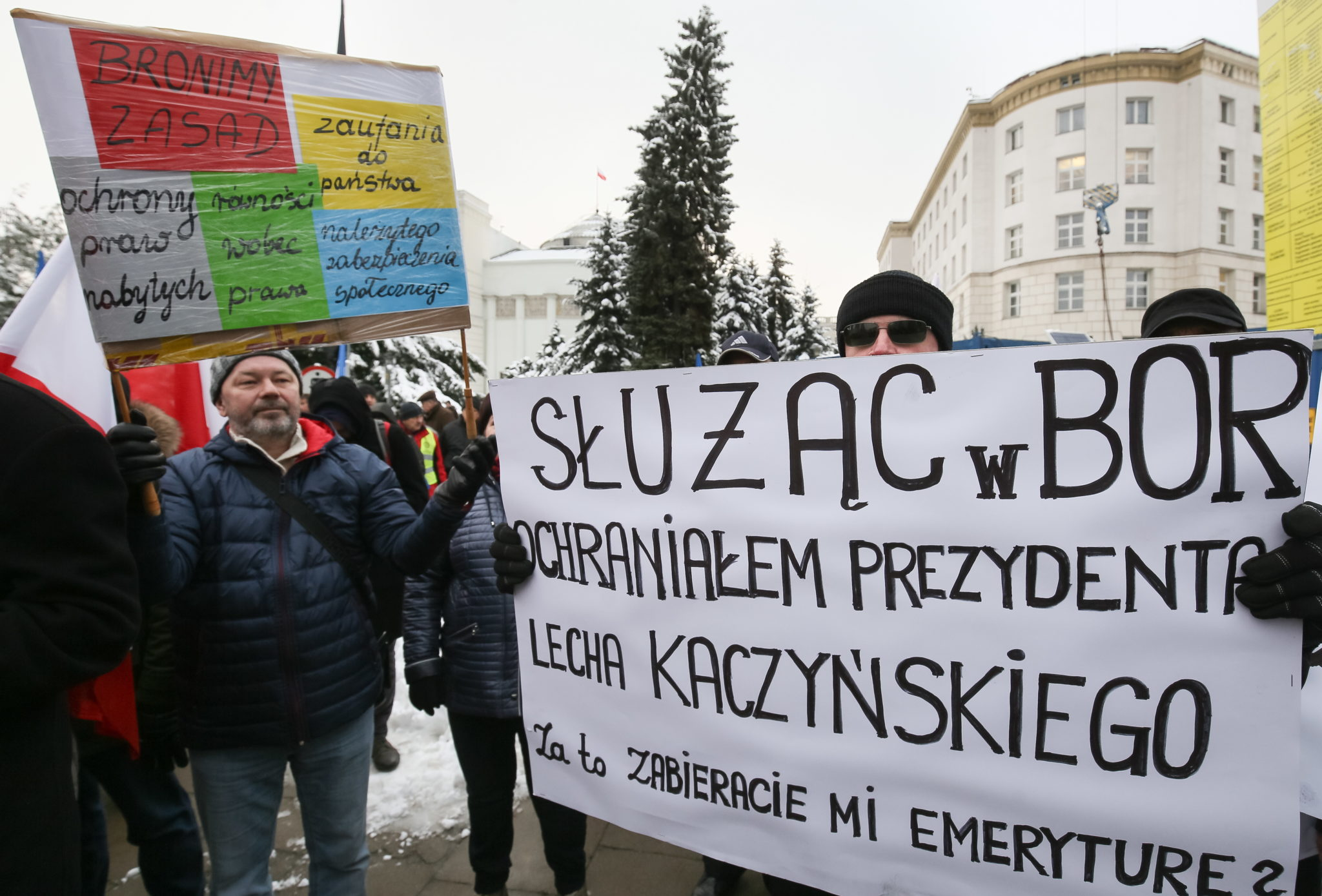 Polska: protest służb mundurowych przed siedzibą sejmu RP w Warszawie (foto. PAP/Łukasz Supernak)