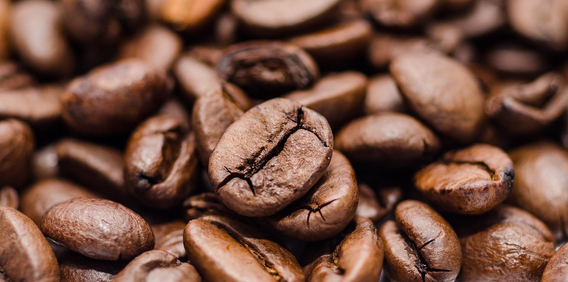 Gorzki napój o właściwościach pobudzających, czyli kawa, upowszechnił się do tego stopnia, że można się od niej uzależnić albo potraktować jako sztukę. Bez względu na to, jakie mamy do niej podejście, jest nieodłącznym elementem dnia wielu osób. Sprawdź ile o niej wiesz!
