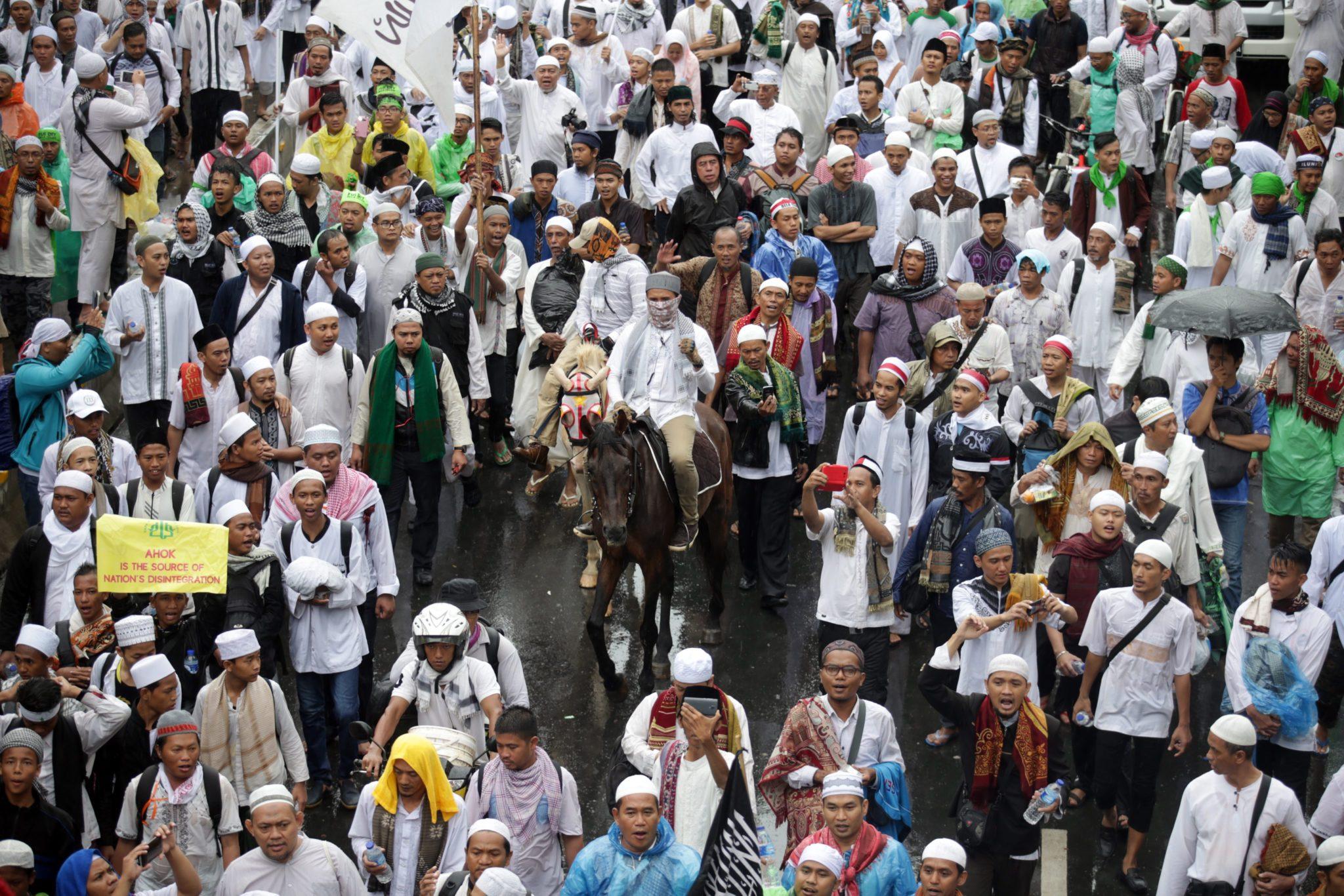 Indonezja: protest muzułmańskiej większości przeciwko chrześcijańskiemu prezydentowi Dżakarty (foto. PAP/EPA/BAGUS INDAHONO)