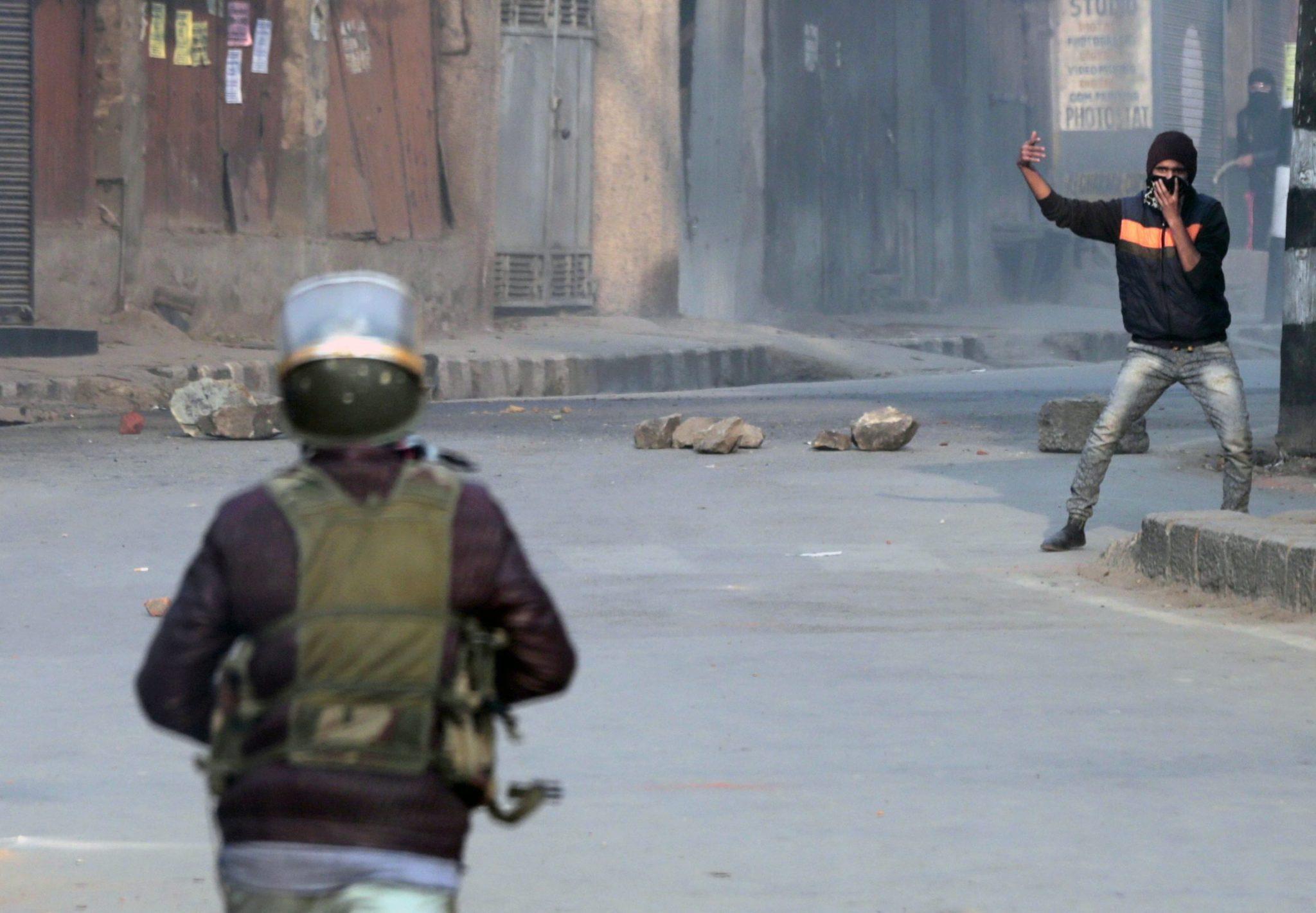 Indie: zamieszki pomiędzy muzułmanami z Kaszmiru a siłami rządowymi w Srinagar (foto. PAP/EPA/FAROOQ KHAN)