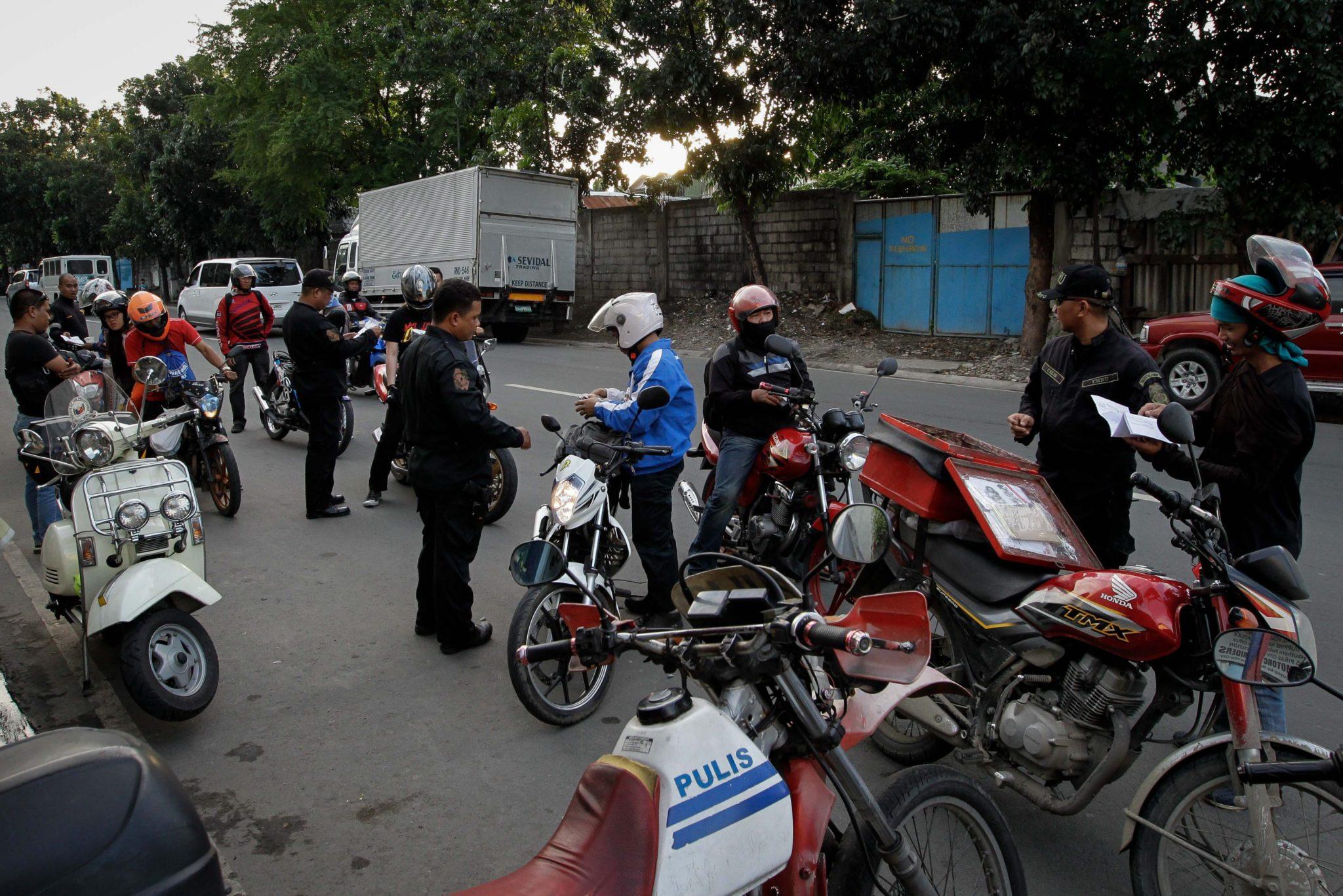 Filipiny: mobilizacja policji  w trakcie alarmu przeciwterrorystycznego w Manili (foto. PAP/EPA/MARK R. CRISTINO)