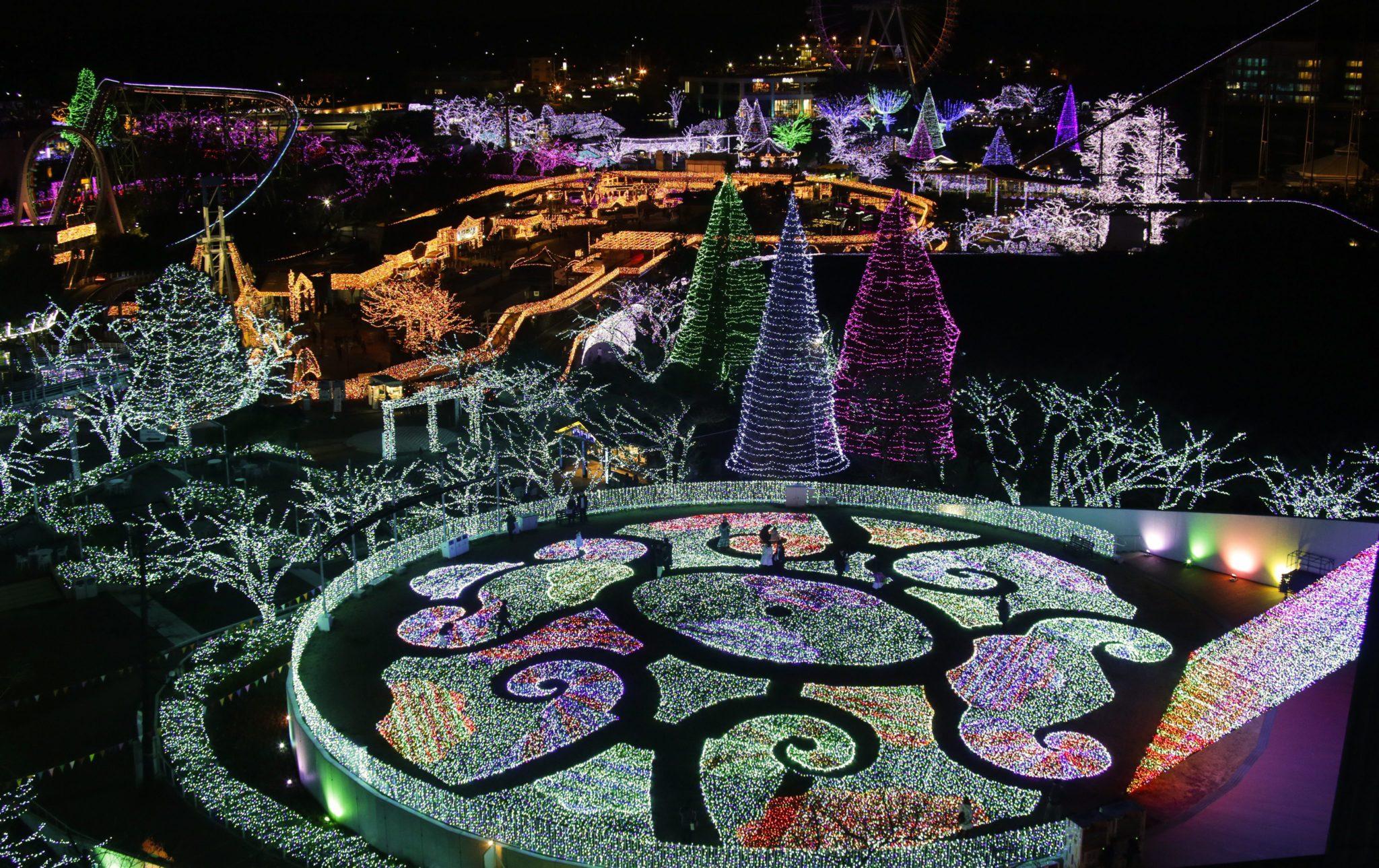 Japonia: park w Tokio ozdobiony lampkami świątecznymi (foto. PAP/EPA/KIMIMASA MAYAMA)