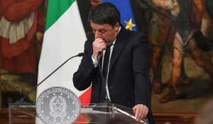 epaselect epa05660304 talian Prime Minister Matteo Renzi during a press conference in Rome, Italy, 04 December 2016 after the referendum on constitutional reform, with his wife Angese Landini in the background. Matteo Renzi has announced his resignation after exit polls on 04 December 2016 suggest a 'No' vote victory in a crucial referendum to which Renzi had tied his political future. The referendum is considered by the government to end gridlock and make passing legislation cheaper by, among other things, turning the Senate into a leaner body made up of regional representatives with fewer lawmaking powers. It would also do away with the equal powers between the Upper and Lower Houses of parliament - an unusual system that has been blamed for decades of political gridlock.  EPA/ALESSANDRO DI MEO  Dostawca: PAP/EPA.
