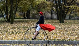 Czechy: pokaz tradycyjnych bicyklów w Pradze (foto. PAP/EPA/Filip Singer)