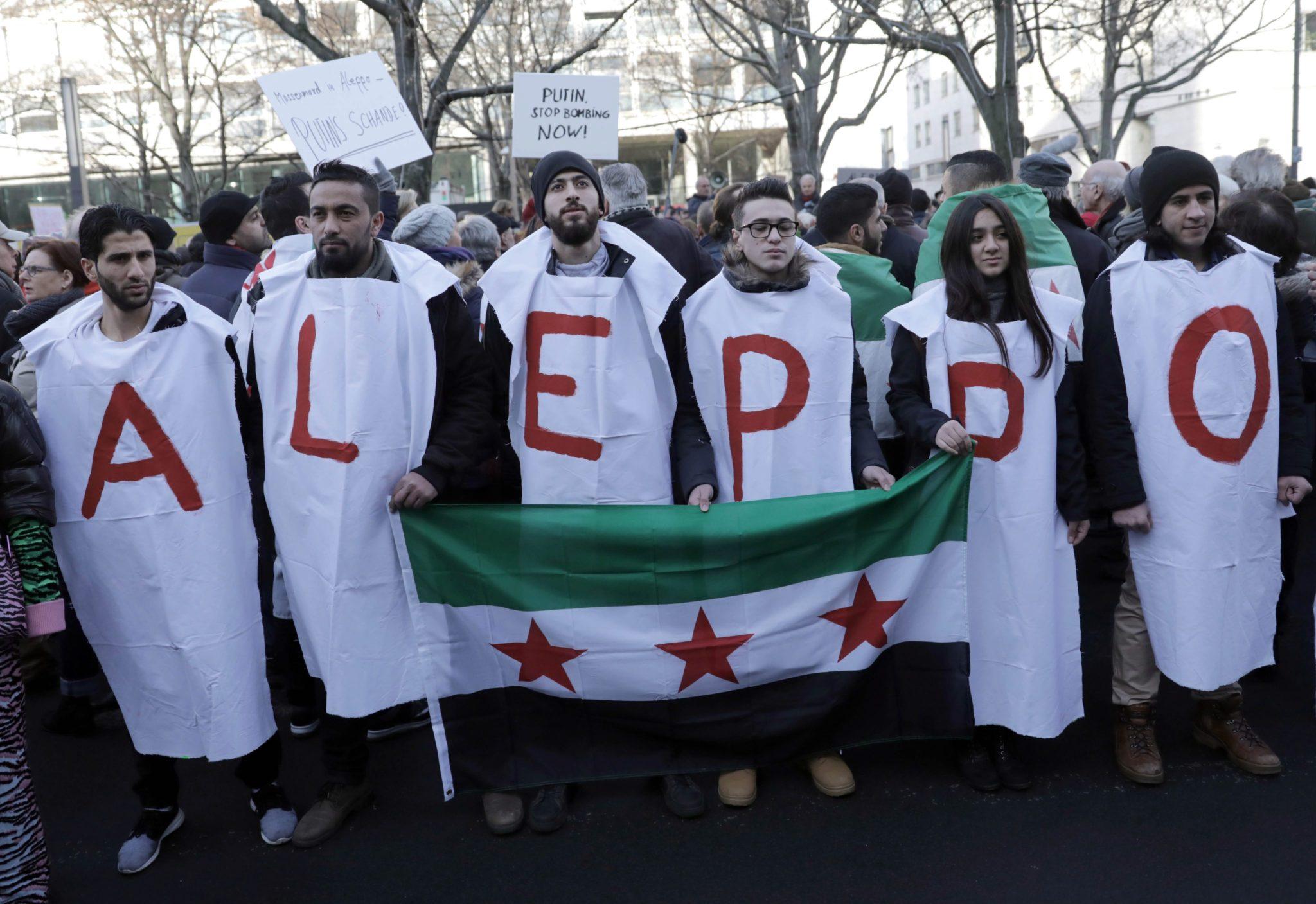 Niemcy: demonstracja pod rosyjską ambasadą w Berlinie wzywająca do zaprzestania walk w Syrii (foto. PAP/EPA/JOERG CARSTENSEN)