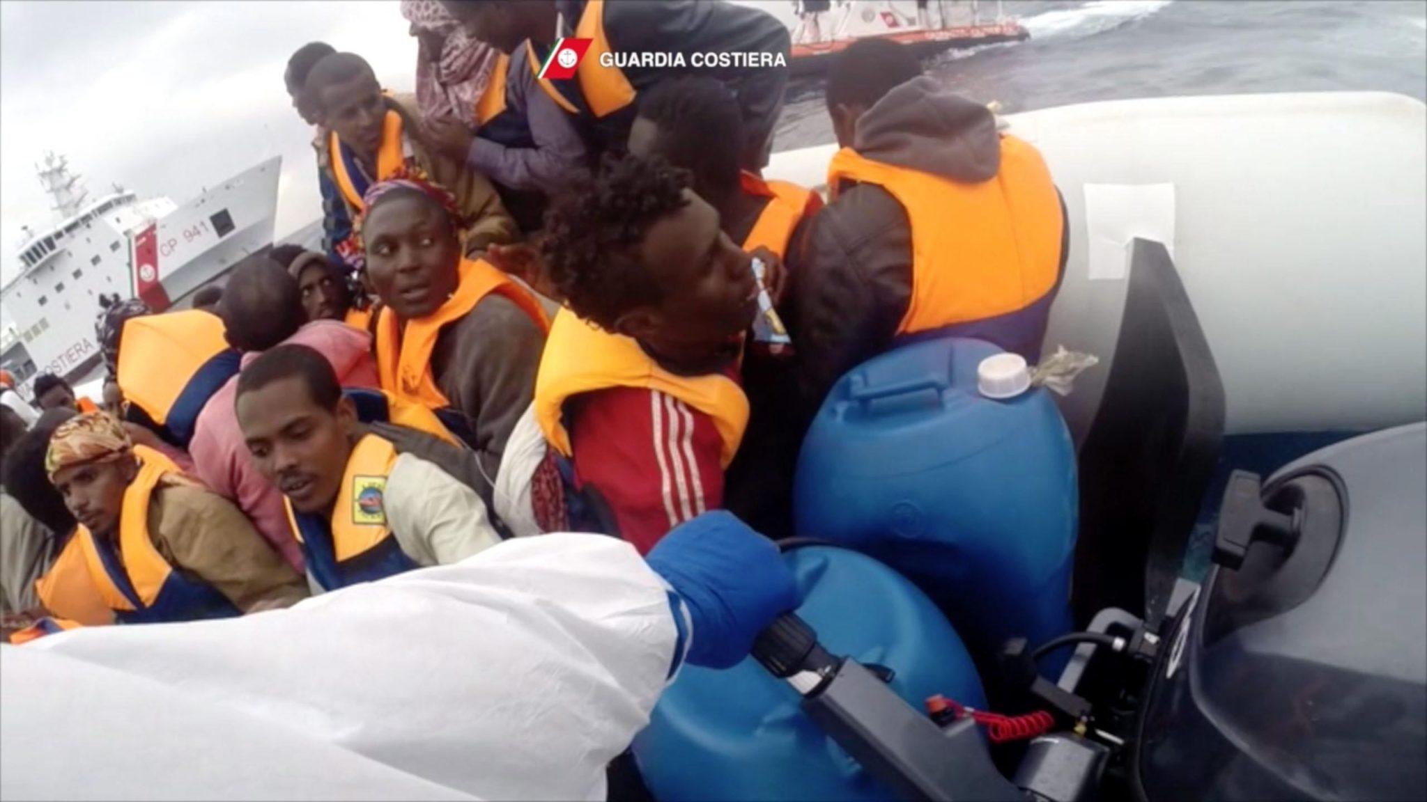 Morze Śródziemne: akcja ratunkowa włoskiej straży przybrzeżnej podczas kolejnej próby nielegalnego przedostania się do Europy imigrantów z Afryki (foto. PAP/EPA/ITALIAN COAST GUARD)