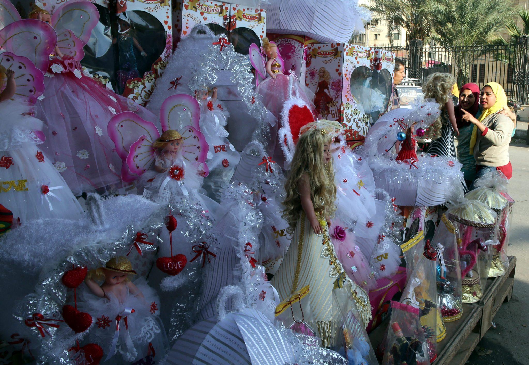 Egipt: przygotowania do obchodów kolejnej rocznicy urodzin proroka Mahometa w Kairze (foto. PAP/EPA/KHALED ELFIQI)