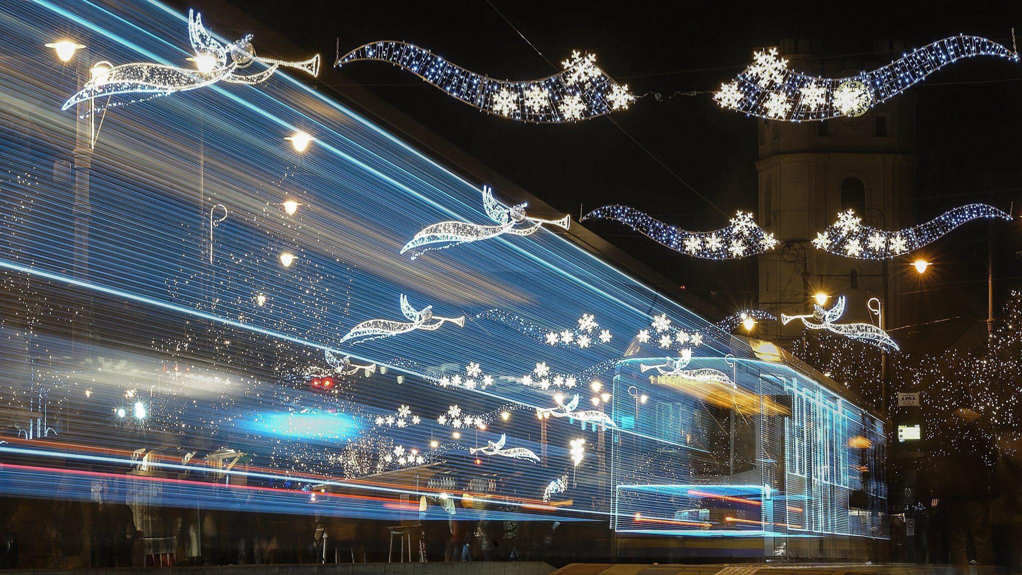 Węgry: świąteczny tramwaj w Budapeszcie (foto. PAP/EPA/ZSOLT CZEGLEDI)