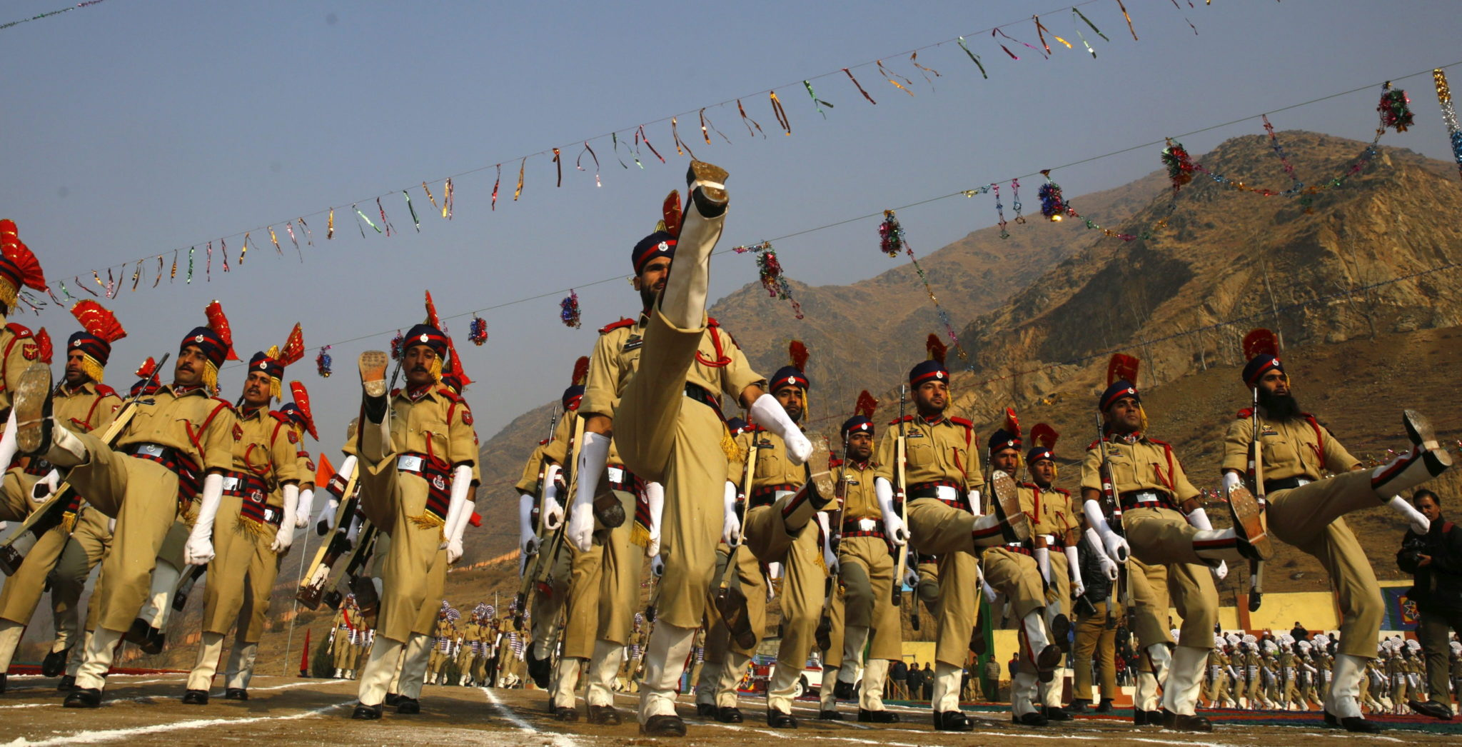 Indie: parada sił zbrojnych w Kaszmirze (foto. PAP/EPA/FAROOQ KHAN)