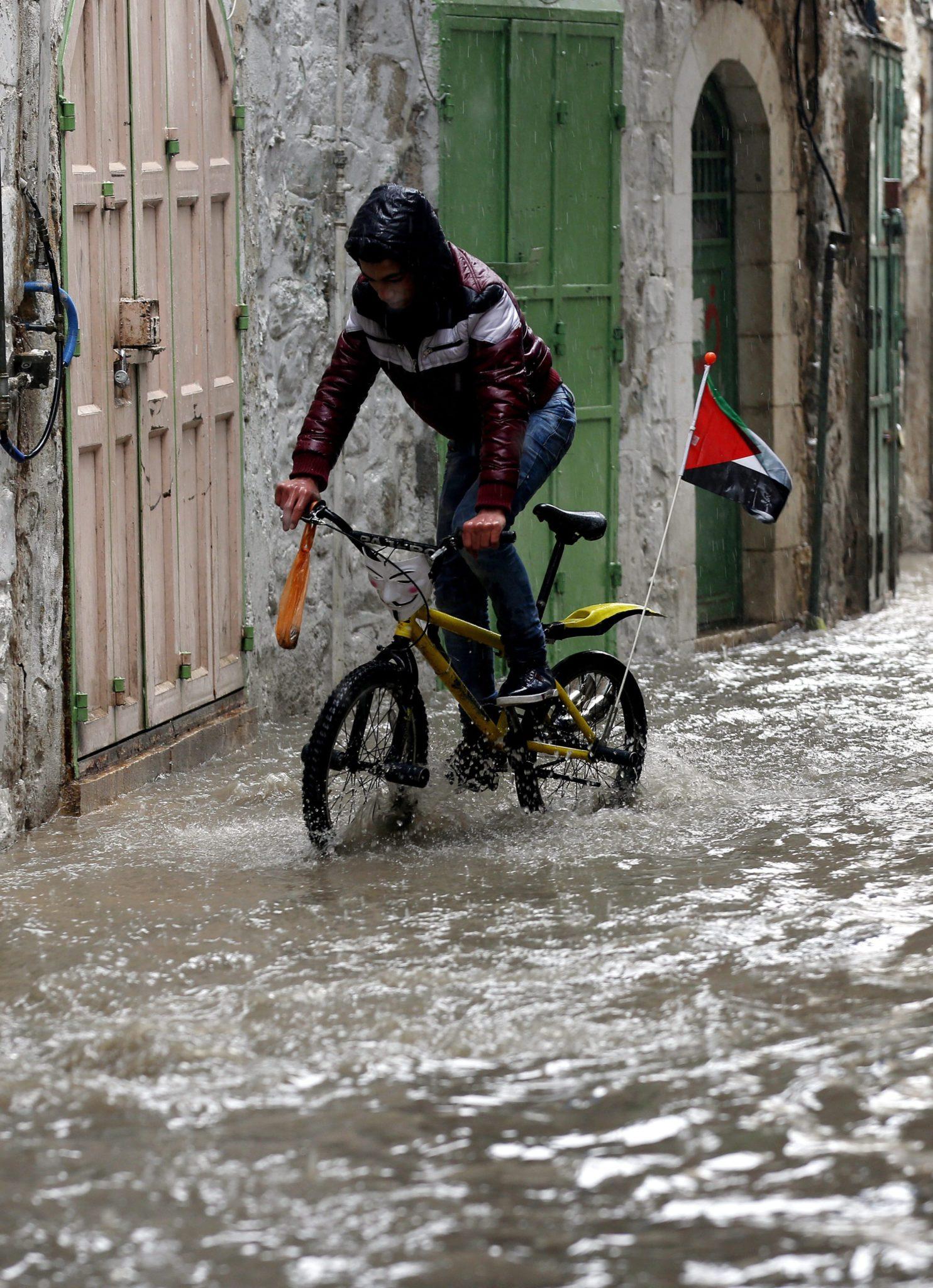 Ziemia Święta: powódź w Autonomii Palestyńskiej (foto. PAP/ EPA/ABED AL HASHLAMOUN)