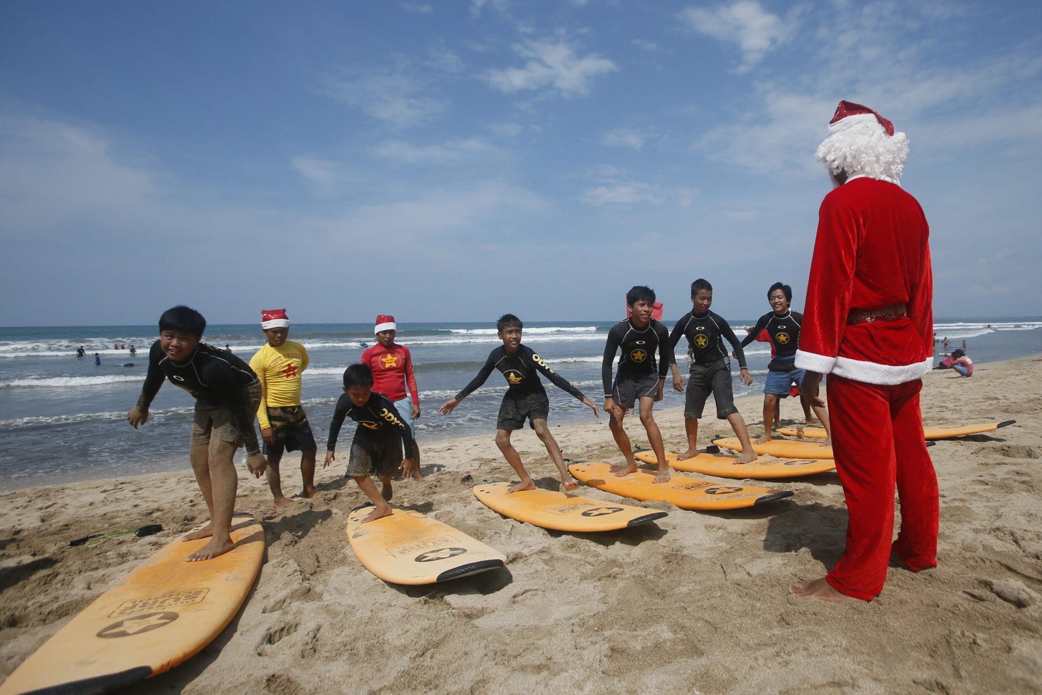Indonezja: nauka surfingu przez św. Mikołaja na Bali (foto. PAP/EPA/MADE NAGI)
