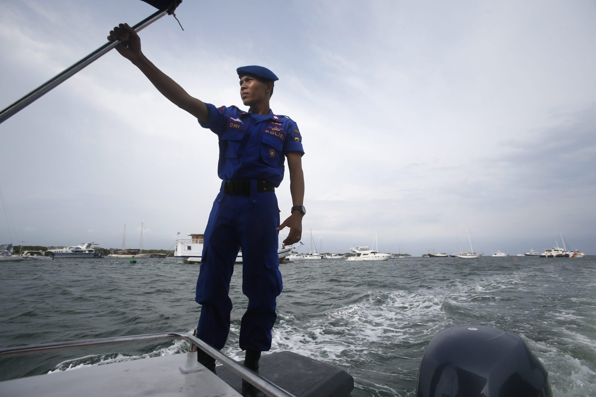 Indonezja: zwiększenie środków bezpieczeństwa przed zbliżającymi się świętami i Sylwestrem na Bali (foto. PAP/EPA/MADE NAGI)