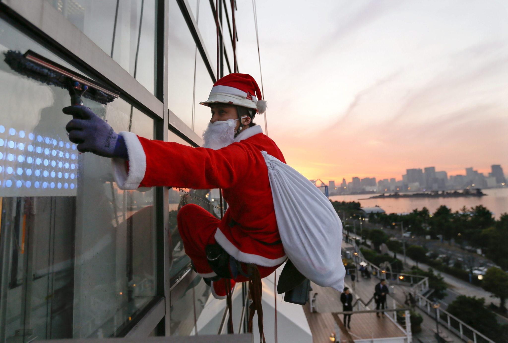 Japonia: przedświąteczne mycie okien w biurowcach w Tokio (foto. PAP/EPA/KIMIMASA MAYAMA)