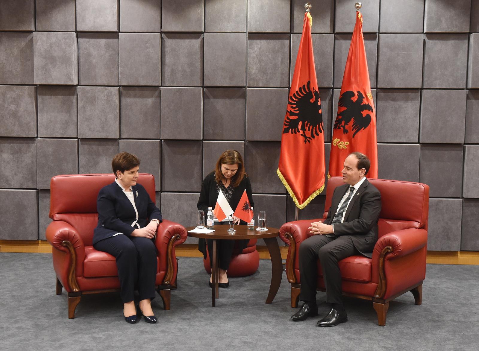Premier Beata Szydło podczas spotkania z Albańskim prezydentem Bujarem Nishanim w Tiranie. PAP/Radek Pietruszka