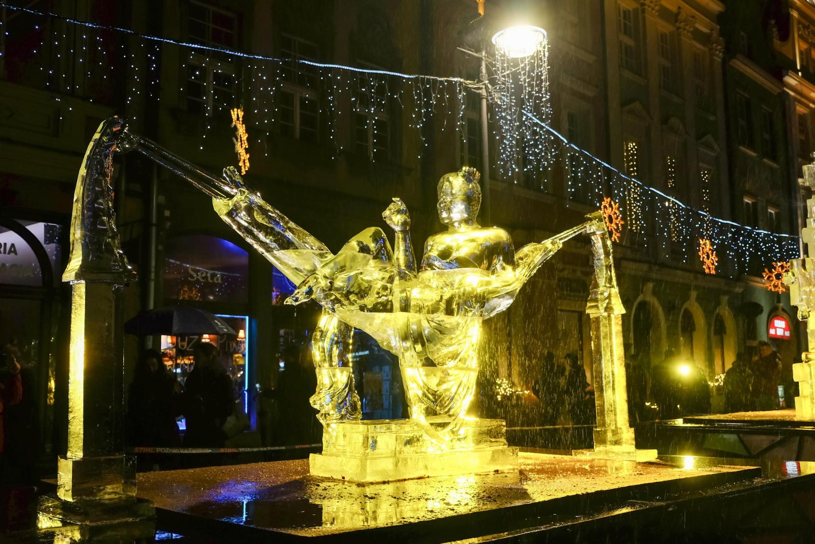 Jedna z rzeźb przygotowanych przez uczestników XI Międzynarodowego Festiwalu Rzeźb Lodowych, na Starym Rynku w Poznaniu.