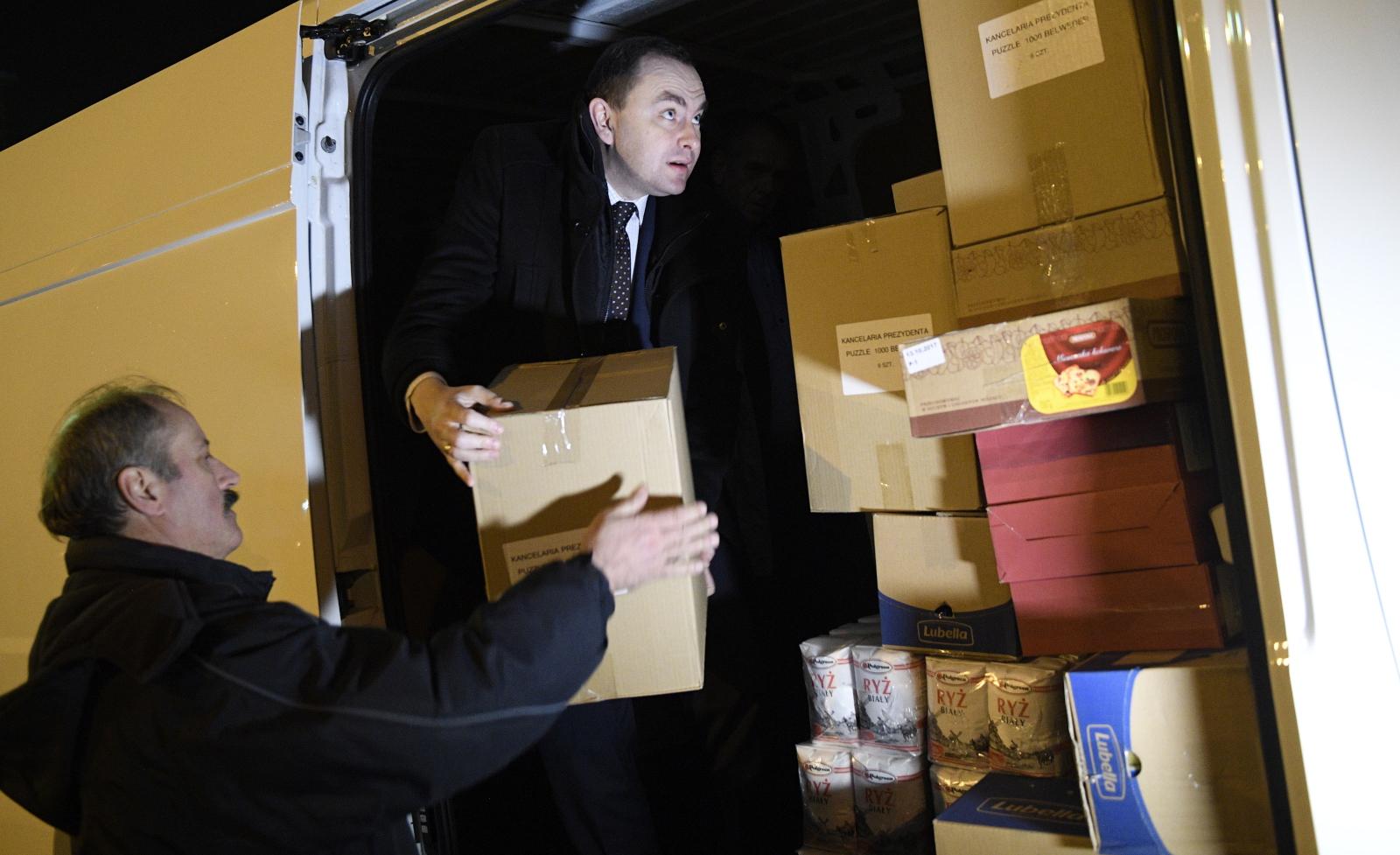 Szef gabinetu prezydenta Adam Kwiatkowski podczas akcji pakowania darów dla Polaków na Wschodzie. Fot. PAP/Jacek Turczyk
