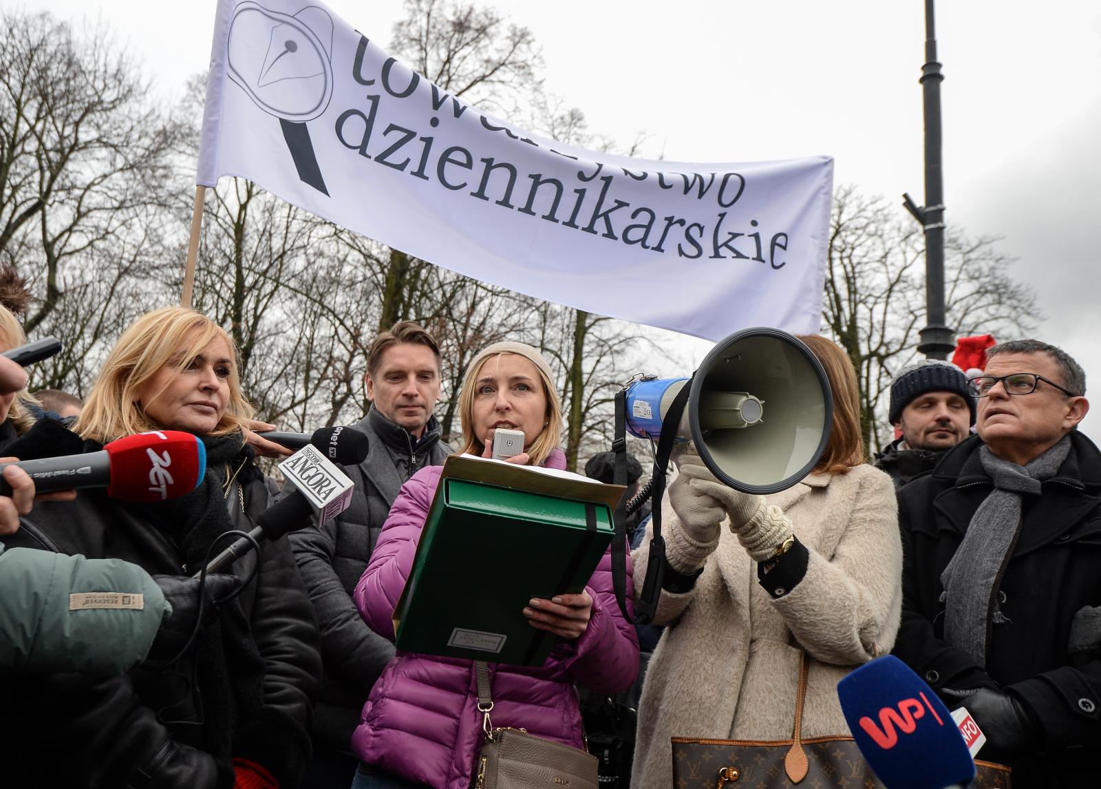 Tomasz Lis, Dominika Wielowieyska i Monika Olejnik podczas protestu dziennikarzy przed Sejmem. Fot PAP/Marcin Obara