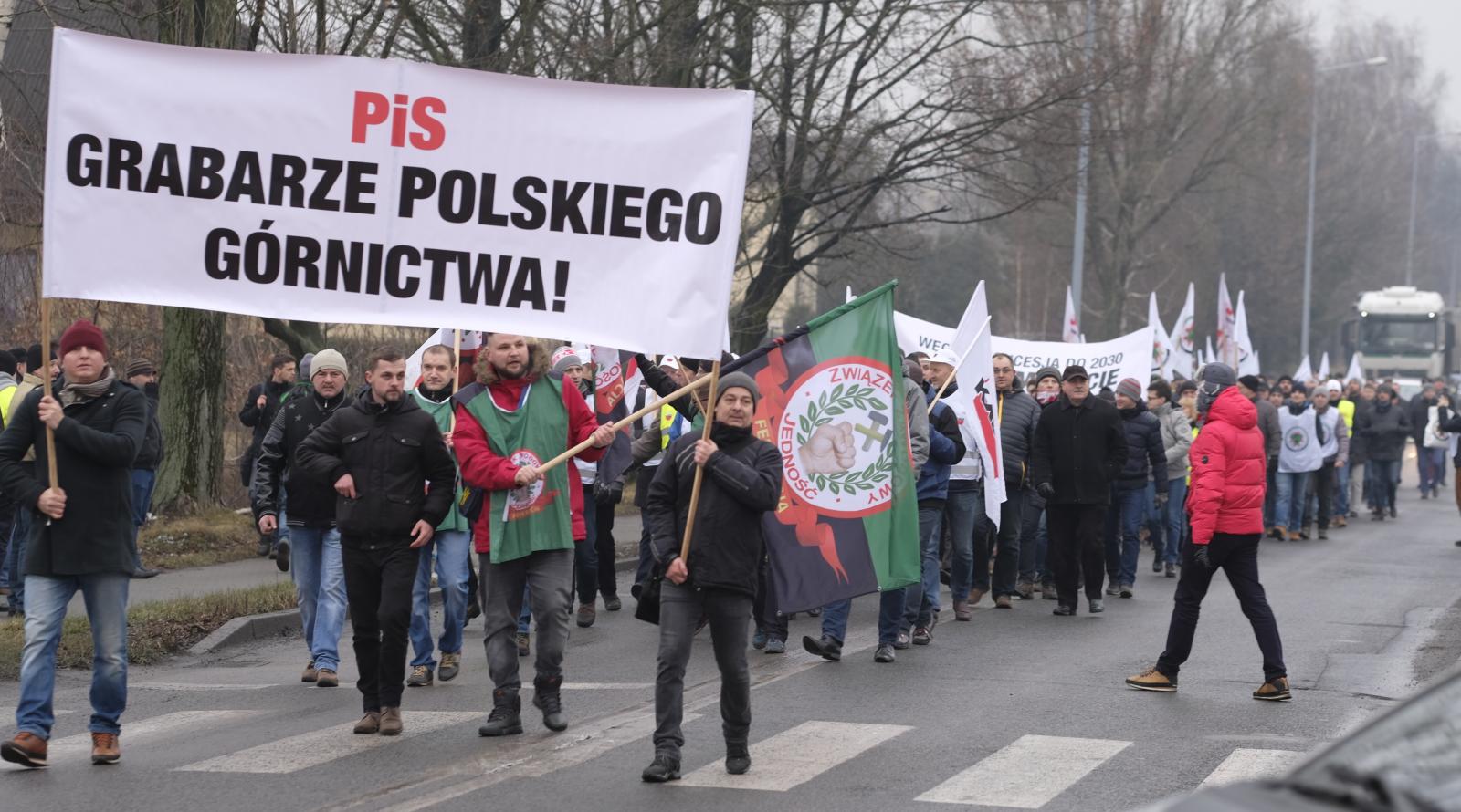 Załoga kopalni Krupiński w Suszcu na ŒŚląsku blokuje drogę wojewódzką nr 935. Górnicy protestują przeciwko przeniesieniu kopalni do spółki restrukturyzacyjnej. Fot. PAP/Andrzej Grygiel