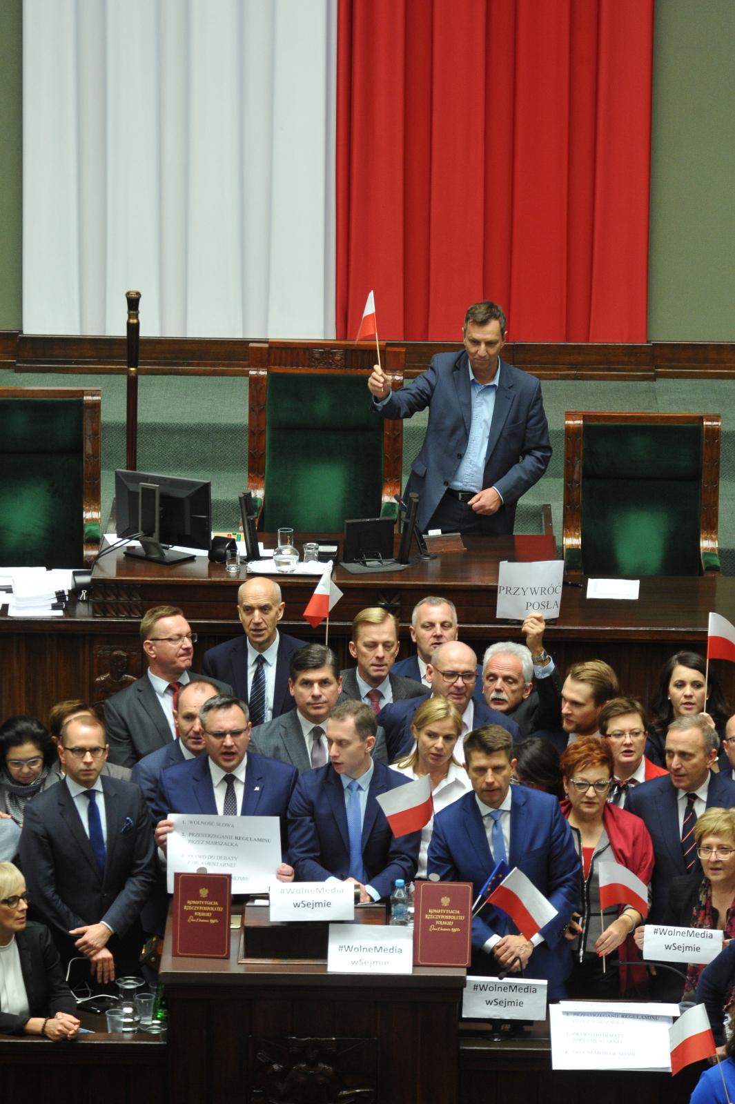 Posłowie opozycji blokują mównicę podczas posiedzenia Sejmu domagając się przywrócenia do udziału w obradach wykluczonego wczeœśniej przez marszałka, posła PO Michała Szczerby. PAP/Marcin Obara
