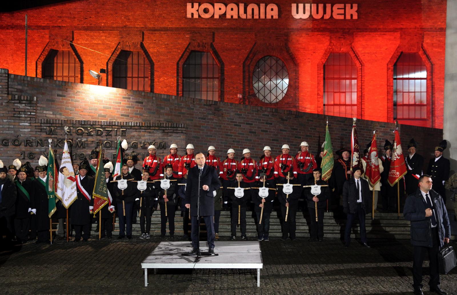 Prezydent Andrzej Duda podczas  uroczystośœci przed Krzyżem-Pomnikiem przy kopalni Wujek w 35. rocznicę pacyfikacji kopalni. Fot. PAP/Andrzej Grygiel