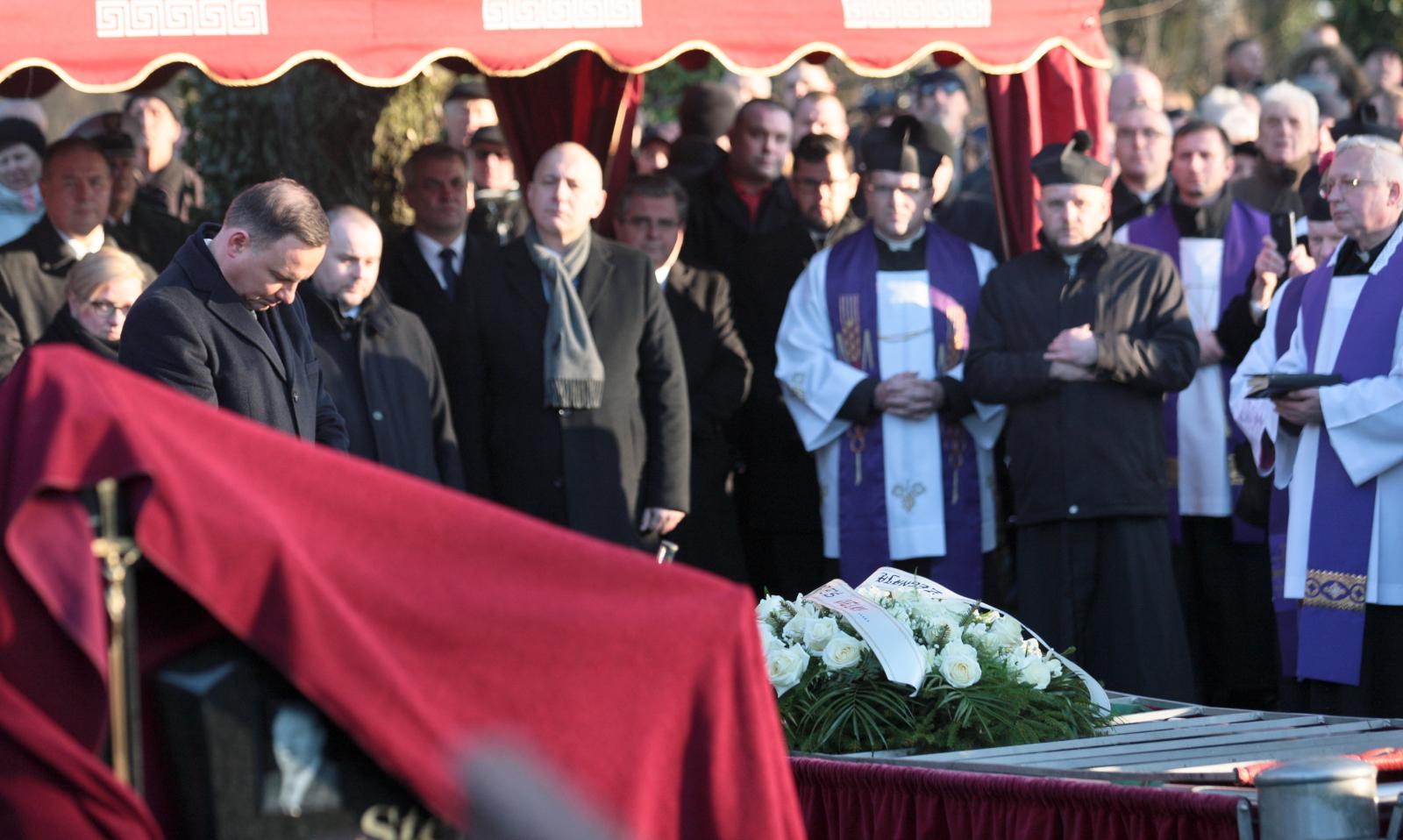 Uroczystoœści pogrzebowe Łukasza Urbana - kierowcy, który zginął w zamachu w Berlinie - na cmentarzu komunalnym w Baniach. Fot. PAP/Lech Muszyński