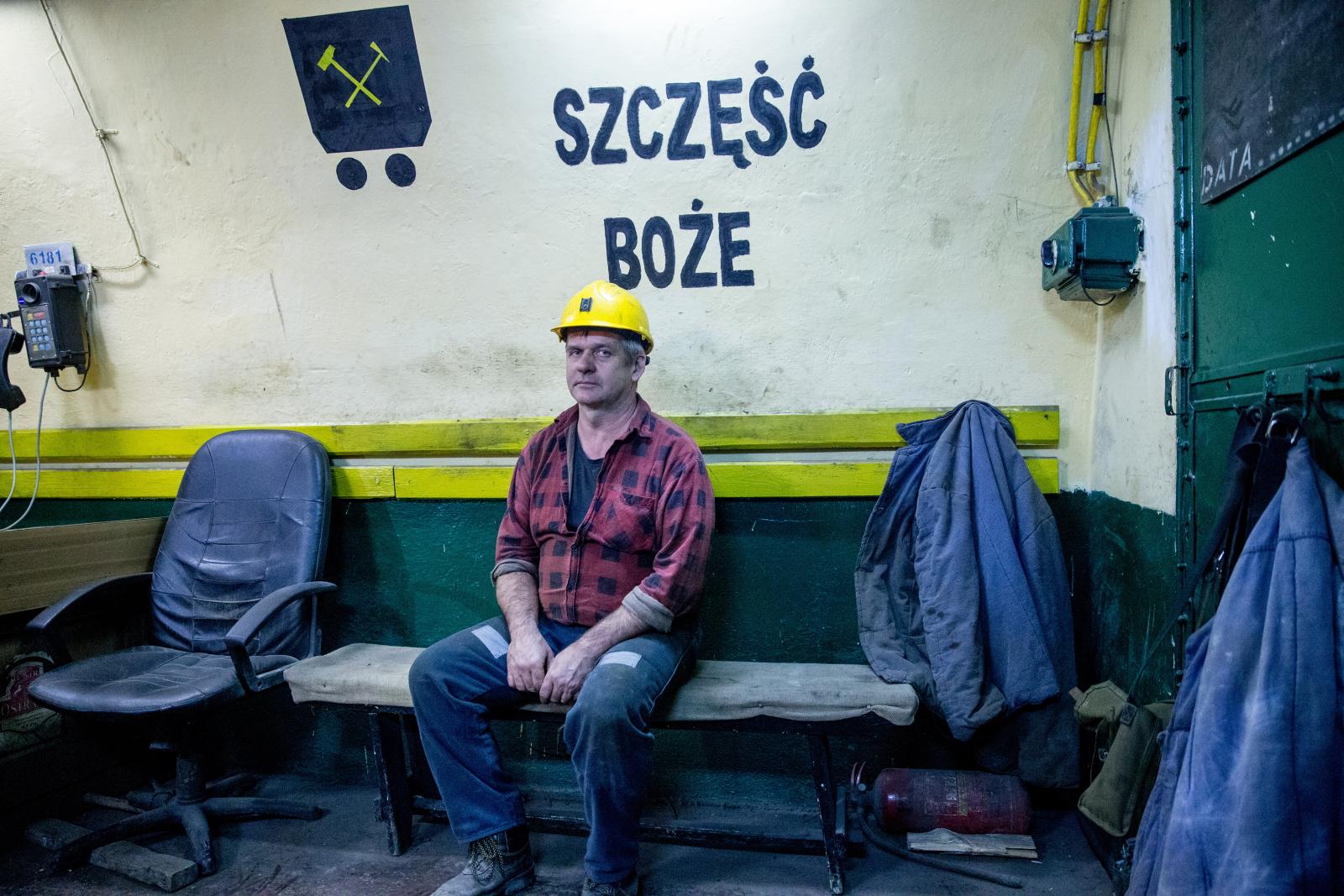 Ostatni dzieñ regularnej pracy kopalni Makoszowy w Zabrzu. Przeznaczona do zamknięcia kopalnia już od dwóch tygodni nie prowadzi wydobycia węgla, trwają tylko prace związane z zabezpieczeniem podziemia i wywozem sprzętu. Fot. PAP/Andrzej Grygiel