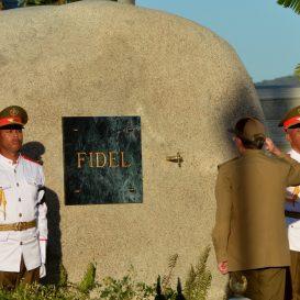 epa05660226 Cuban President Raul Castro salutes in front of the tomb of late Cuban leader Fidel Castro at the cemetery Santa Ifigenia in Santiago de Cuba, Cuba, 04 December 2016. The funeral of former Cuban President Fidel Castro, who died at the age of 90 on 25 November 2016, was held on 04 December at the cemetery of Santa Ifigenia in Santiago.  EPA/MARCELINO VAZQUEZ QUALITY REPEAT  Dostawca: PAP/EPA.