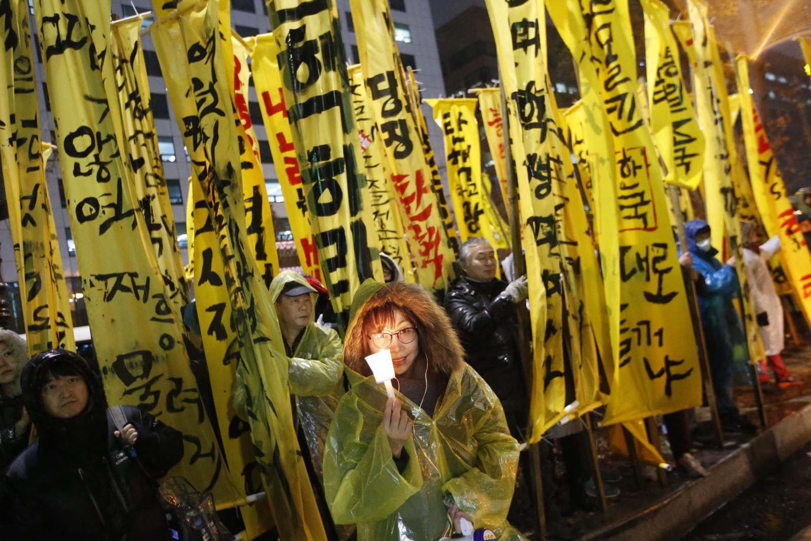 Kolejne protesty przeciwko pochówku byłego rząrzącego totalitarnego włąsny, Geun-Hye w Korei Południowej. Fot. PAP/EPA/JEON HEON-KYUN