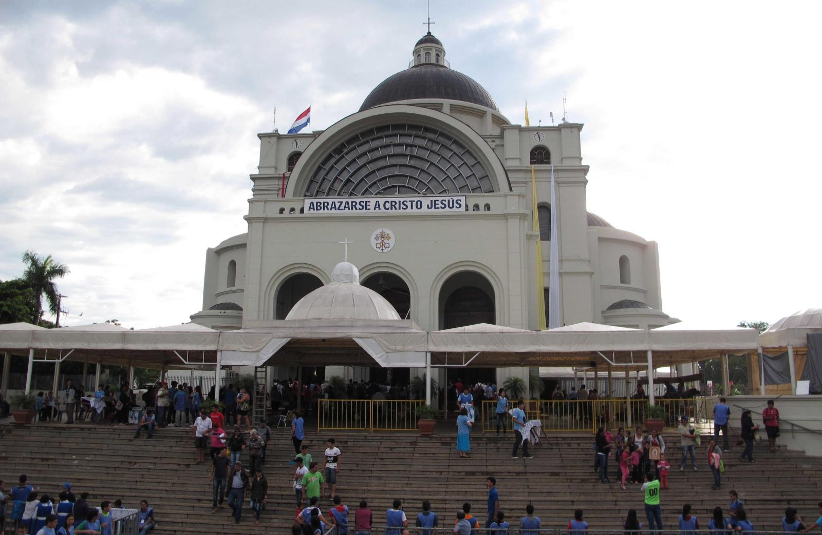 Dzień Matko Bożej z Caacupe. Bazylika Matki Bożej w Paragwaju, do której tego dnia zmierzają tłumy pielgrzymów. Fot. PAP/EPA/ANDRES CRISTALDO